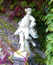 Eine der beiden Tänzer-Figuren von Ferdinand Tiez in denTuffsteingrotten des Zwingers