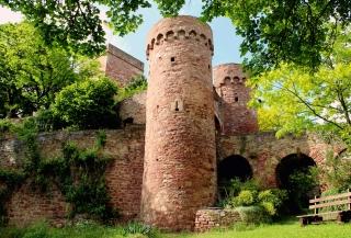 Doppelturm-Toranlage aus dem 15. Jh.